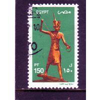 Египет.Ми-2090.Позолоченная деревянная статуэтка Тутанхамона.2002.