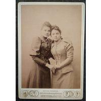 Фото двух барышень-подруг. 1893 г. 11х16 см. Надпись г.Гродно. Фотография Вознесенского А. в г.Симферополь.