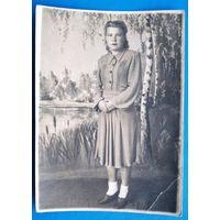 Фото женщины в фотостудии. 1950-е г. 8х11 см