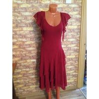 Красивое платье бордового цвета на 42-44 размер. Длина 122 см, ПОталии 44 см плюс отлично тянется. Состояние хорошее, есть пару затяжечек, но не критично совсем.