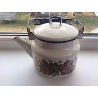 Чайник с крышкой, б/у, есть сколы. Среднего размера.