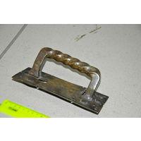 Мощнейшая  латунная или  бронзовая  дверная  ручка. Полностью  пригодна  к  применению