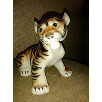 Тигр, высота 13 см, длина 16см, ширина 11 см, ЛФЗ?