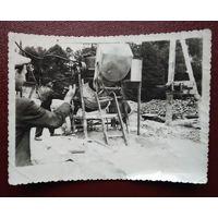 Фото из СССР. Работа на бетономешалке. 8х11.5 см