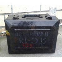 Металлический ящик военного назначения в родной окраске с маркировкой.