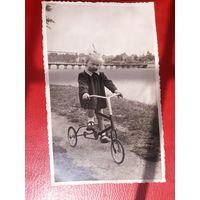 Фотография Девочка , велосипед. 1954 год. Польша. 13,7*8,5 см.