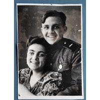 Фото солдата с медалью и девушкой. 7х11 см.