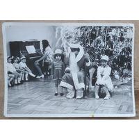 Четыре фотографии с новогоднего утренника в детском саду. 1960-е. 13х18 см. Цена за все.