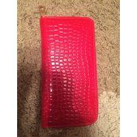 Стильный кошелек из нат кожи красного цвета. Новый. Размер 20 на 10 см, ширина 2.5 см.