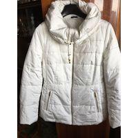 Куртка 46 белая с большим воротником, почти как капюшономн