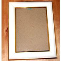 Белая пластиковая фоторамка с золотым ободочком со стеклом размером 13х18см - б/у