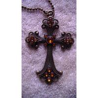 Крест ожурный на цепочке с кристалами. распродажа