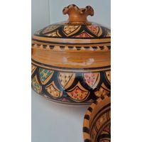 Традиционная для стран Магриба супница и 2 глубокие тарелки.