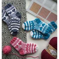 Вязаные носки с сердечками. Подарок на 14 февраля.