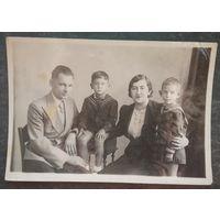 Семейное фото с детьми в матросках. 12 октября 1941 г. 11х16 см.