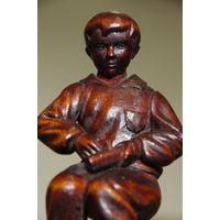 Статуэтка Юный резчик ( резьба по дереву ,авторская работа ) 16 см
