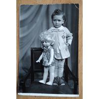 Фото девочки с куклой. 1960-70-е. 12х17 см.