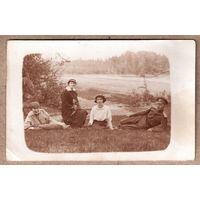 Фото группы девушек с офицером. До 1917 г. 9х14 см.