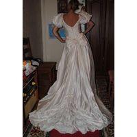 Английское свадебное платье с шикарнейшим шлейфом и приятнейшим кружевом шантильи,как новое,цвета айвори,на рост-160-р.42-44!