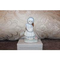 """Фарфоровая статуэтка """"Девочка с птенцом"""", высота 11,5 см."""