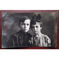 Фото мальчика и девочки. 1930-е. 9х14 см.