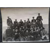 Фото группы военных с семьями на природе. 1950-е. 12х17 см