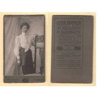 Кабинет-фото / Портрет молодой женщины / Gebr. Kremer Inhaber Alex. Lohmann M. Gladbach