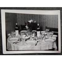 Сервировка стола по-немецки. Фото 1960-х. 9х12 см.