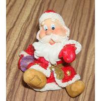 Маленькая фигурка бегущего Деда Мороза