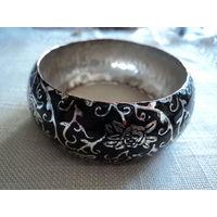Браслет винтажный. Медь с серебряным покрытием. Черная эмаль, цветочный орнамент. Шир.-3 см.