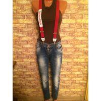 Фирменные джинсы с подтяжками dsquared 27 размер, идеально сядут на параметры по 41 см, по бедер 49 см, длина 99 см. Состояние отличное, качество хорошее. Обмен не интересует