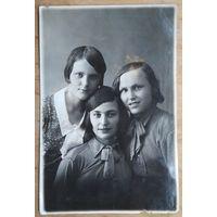 Фото двух девушек. 1930-е г. 8.5х13 см