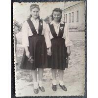 Фото двух девушек. 1940-е. 8х11 см.