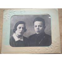 Фото мл.лейтенанта с женщиной. Смоленск. 1930 г. 23.5х29.5 см. Со старинным паспарту 31х39 см.