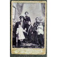 Семейное фото. До 1917 г. г.Алатырь. Симбирская губ. Фотограф Валухин Н. 10х14 см.