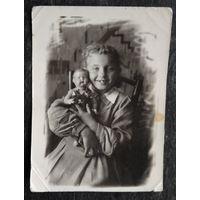 Фото девочки с куклой. 1949 г.. 8х13.5 см