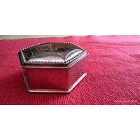 Шкатулка старинная для украшений. Литьё. Покрытие серебро. Внутри бархат.9х4 см