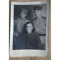 Фото трех солдат. 11х15.5 см