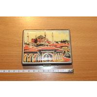 Портсигар металлический с декоративной накладкой, наружный размер 10*8 см.