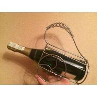 Стильная подставка для бутылок, металл, бу, очень классная и прочная проволока, удобная ручка, устойчивая конструкция.
