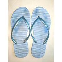 Сланцы (шлепки) р. 39, цвет – небесно-голубой, б/у один сезон, удобные, между пальцев не нарезают. Длина по подошве – 26см.