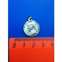 Католический медальон с Папой Римским Павлом VI.