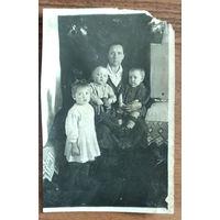 Фото детей с бабушкой. 8х12 см