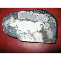 Полудрагоценный камень АГАТ ОБЛАЧНЫЙ с центральным облаком в виде России и Беларуси (размер 135 х 84 х 16 мм
