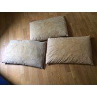 Три подушки для дачи. Размер 65 см на 40 см. Подушки старые, но не древние, не бабушкины). Остались разводы от частых стирок. В принципе нормальные подушки. Наполнитель не знаю. Использовали как госте