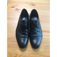Классические туфли на 39-40 размер, натуральная кожа, поставила новую профилактику и набойки отличного качества (отдала 22 рубля). В общем состояние нормальное, очень удобные.