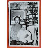 Фото детей с новогодней елкой и телевизором. 9х13 см