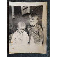 Фото двух малышей. 6х8 см.