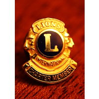 """Значок """"Lions Club"""" с визиткой владельца."""