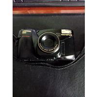 Пленочный фотоаппарат OLYMPUS SUPERZOOM 800 в рабочем состоянии.